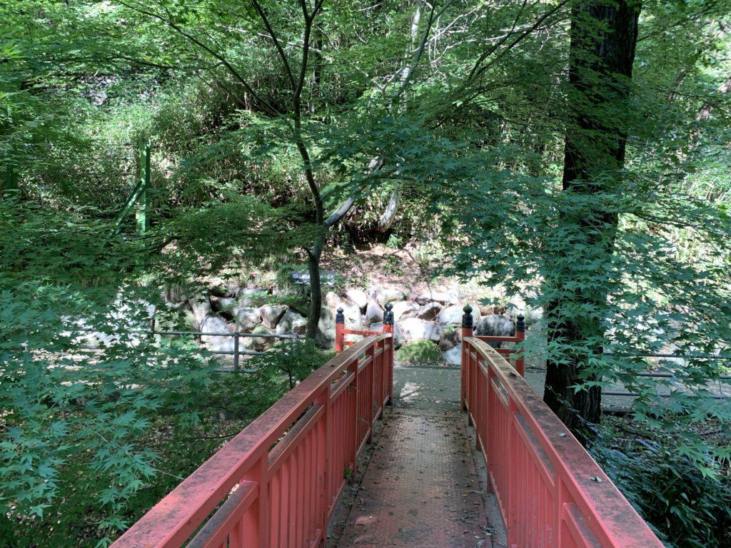 浮島から赤い橋を渡り、万治の石仏方面へ。