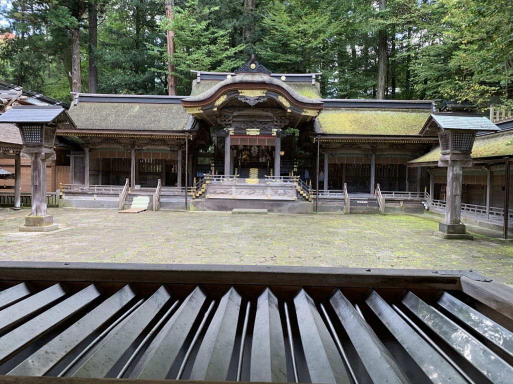 こちらが奥に見える本宮の拝殿