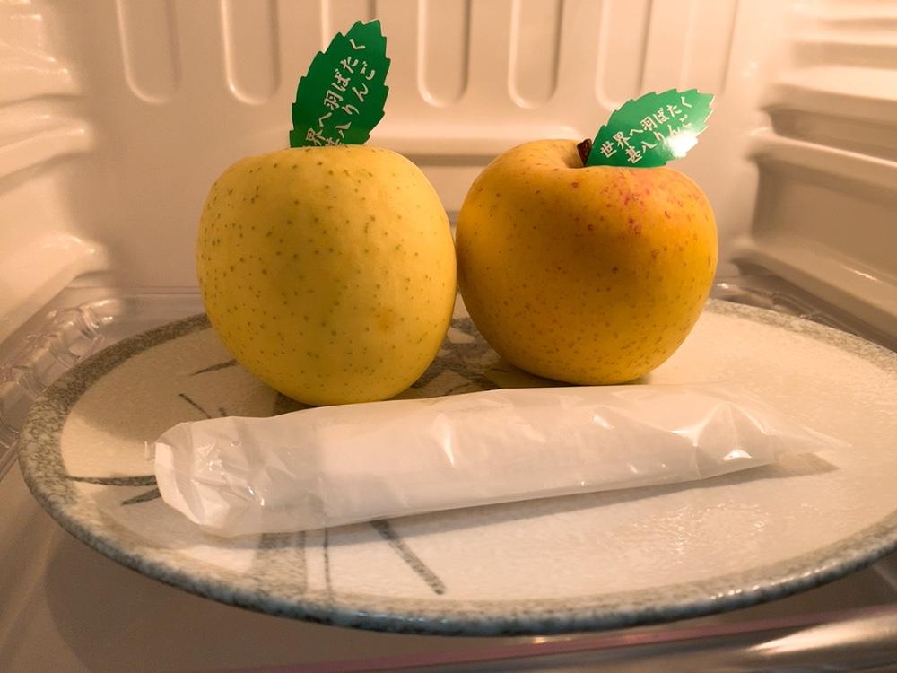 冷蔵庫の中にはリンゴが2つ